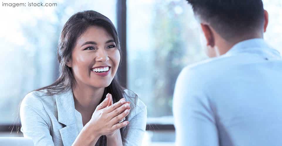 Atitudes e padrões positivos são reforçados através da psicologia positiva